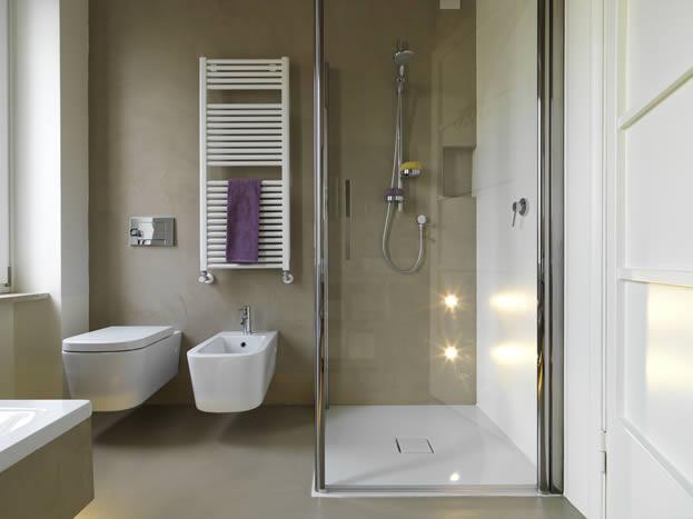 Baños con duchas correderas. Decoración de baños pequeños