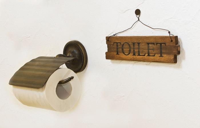 portarrollos y cartel cuarto de baño